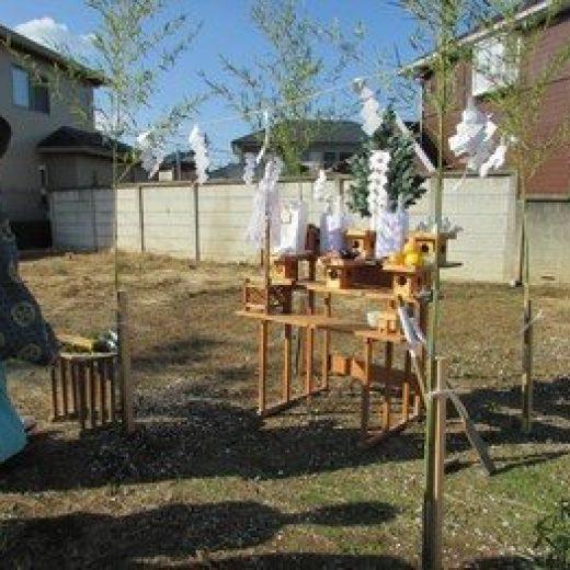 祭壇の準備が整い、地鎮祭が執り行われます。
