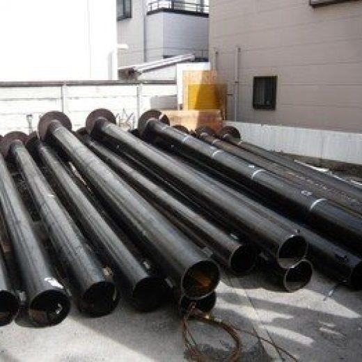 地盤を良くするために打つ鋼管杭です。