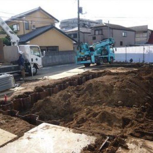 地下室を作るための鉄の板を入れ、掘削を行います。