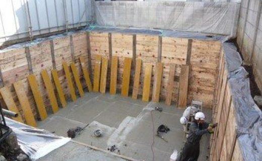 地下部分の捨てコンクリートの打設を確認しました。この捨てコンクリートの上に実際の基礎平面形状を作図します。