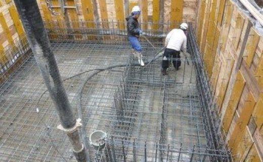 コンクリート打設を開始しました。まずは雨水ピットや基礎梁等の打設を行います。