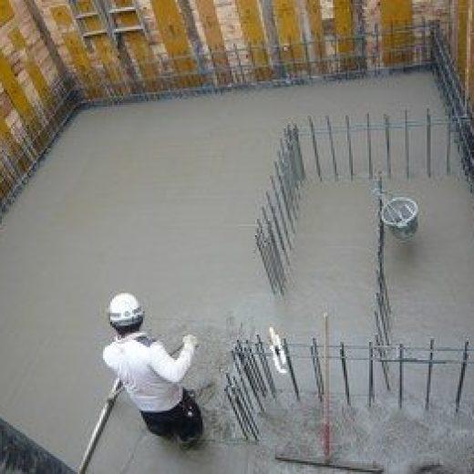 コンクリート打設終了後、トンボで均し、最後に金ゴテで押さえて完了です。
