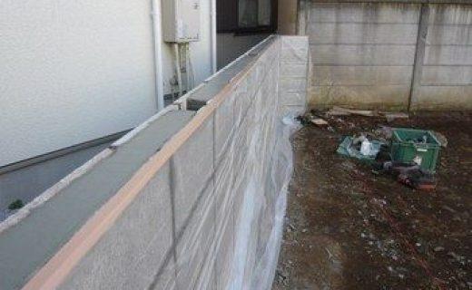 隣地との境界にブロック塀を新たに設け、施工が完了しました。この上にフェンスを設置します。