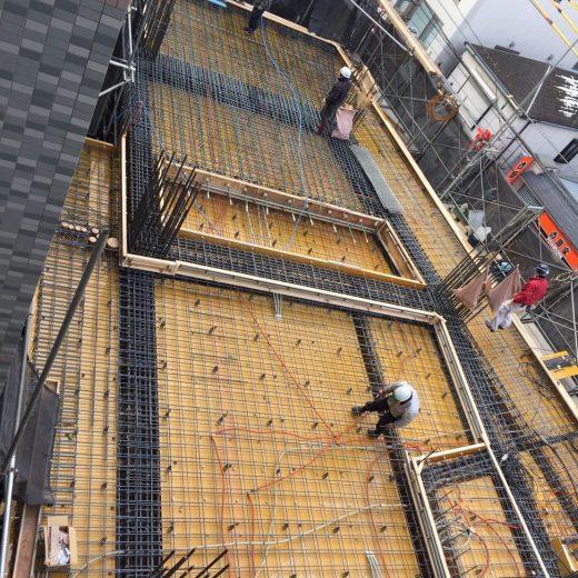 コンクリート打設前に型枠内の一斉清掃を職人さんに指示し、結束線のくずやごみを除去して散水する