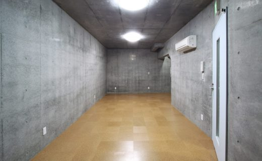 手前右手が階段ホールへの出入口となる防音ドア