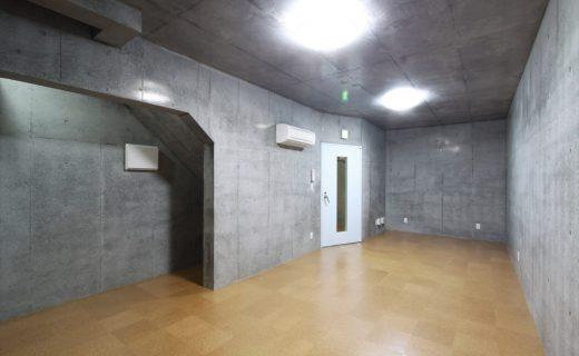 奥左手防音ドア向こうが階段ホールで左手が階段ホールから1階へ上る