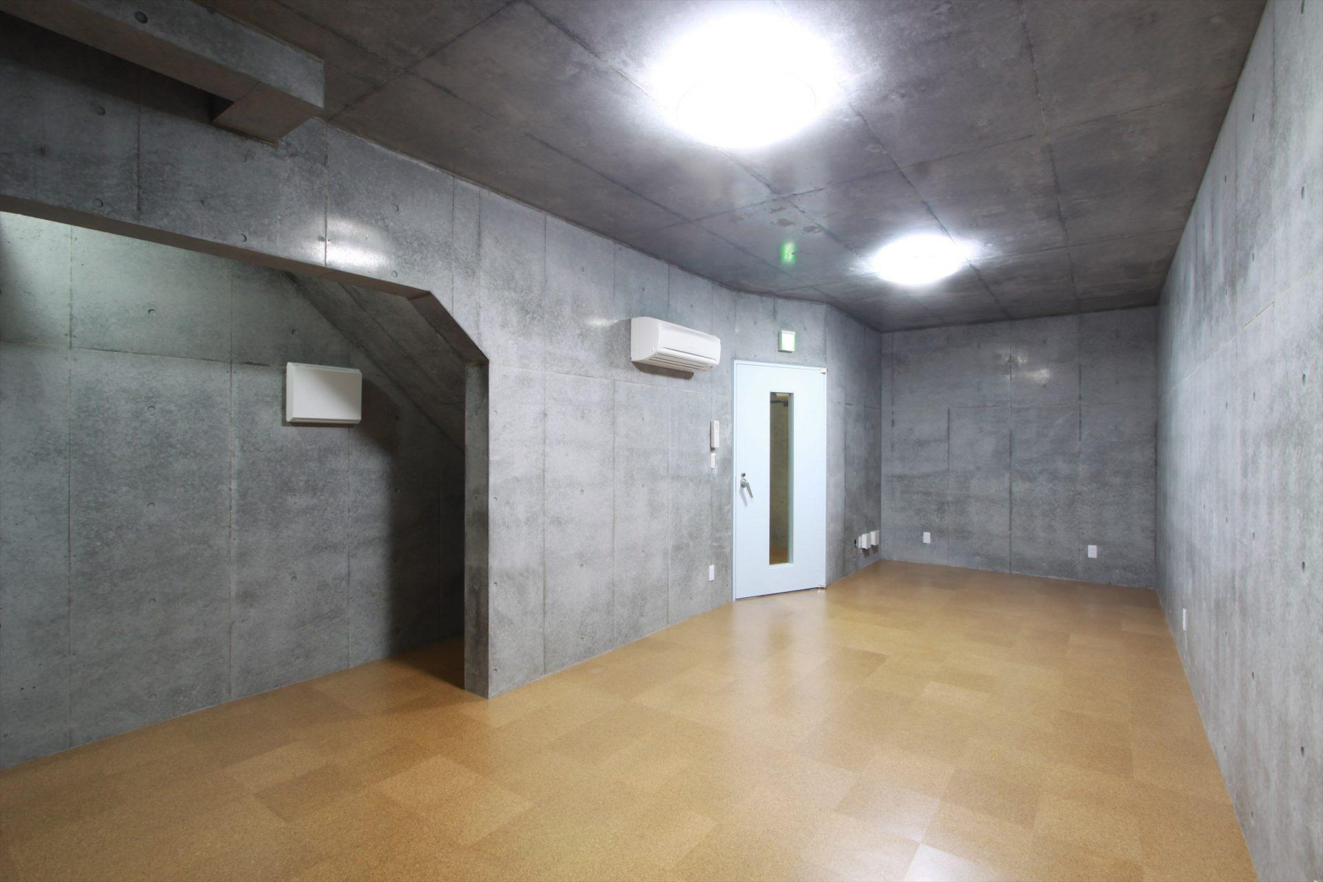 この約20畳の地下ドラム練習スタジオ(兼シェルター&楽器庫)の上が駐車場となっています