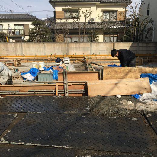 型枠の建込に続きコンクリート打設を行う