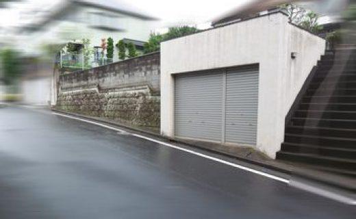 建築地は詳細不明な古い大谷石積み擁壁と鉄筋コンクリート造で築造された地下車庫の上の土地