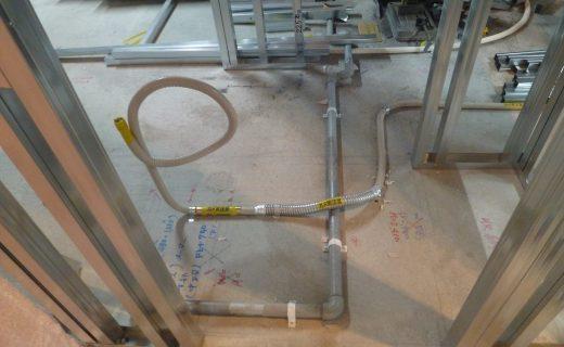 排水管はすでにフリーフロアの下に配管され、フロアの上には配管指定位置の通りに水道給水管やガス管がセットされます。