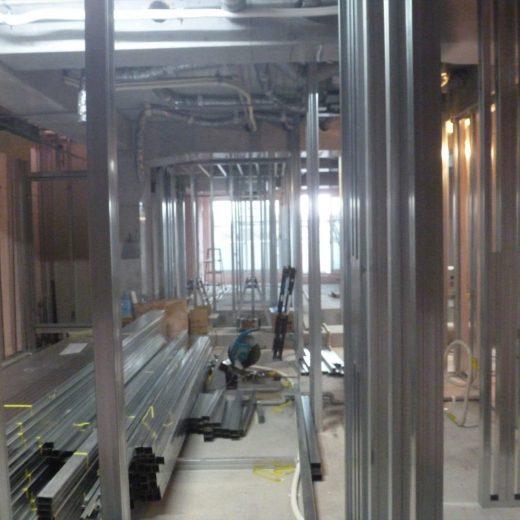 内部の柱や壁の下地は軽量鉄骨(LGSでLight Gauge Steel)で溶接されて床スラブと天井スラブにアンカーされて部屋の区画が出来上がってきました。