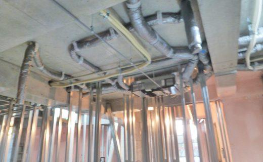 天井スラブ下には換気空調関連のダクト類が防露処理の断熱材が巻かれた状態で配管セットされはじめました。