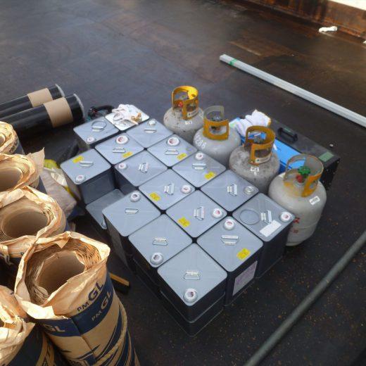 改質アスファルトシート防水 トーチ工法 ポリマリット防水での密着プライマーとトーチ用ガスボンベを確認