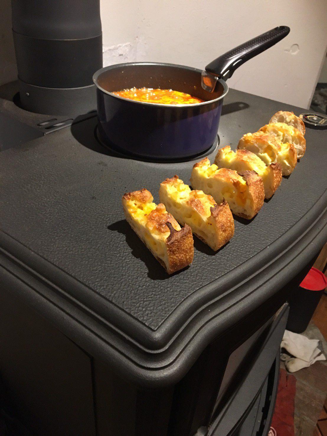 トップではティファール鍋を置きミートソースをコトコトし、チーズフランスも温める