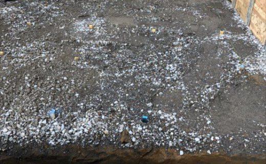 掘削床付(土と建物が接する最下平面をつくる)が完了し採石を均一厚に転圧し建物基礎が載る準備が整う