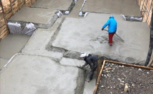 砕石を転圧した上に捨コンクリートを均等な厚さで打設します