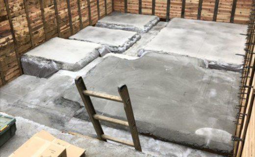 捨コンクリートの上に鉄筋配筋の準備として地中梁などの「墨出し=位置をマーク」を行う。 この内容で基礎構造が実際に図面から再現していく