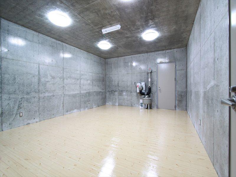 別荘地の駐車場下に非常時対応防爆型耐震シェルタ地下室をつくる
