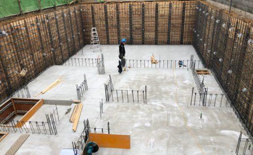 地下室耐圧盤のコンクリート打設完了した翌日に各地下室の壁位置の隅出しを確認しました