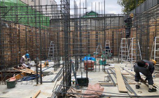 地下室の柱壁上部の梁配筋工事もそろそろ終了となり、柱壁の内部型枠の最下端に敷桟がセットされ始めました