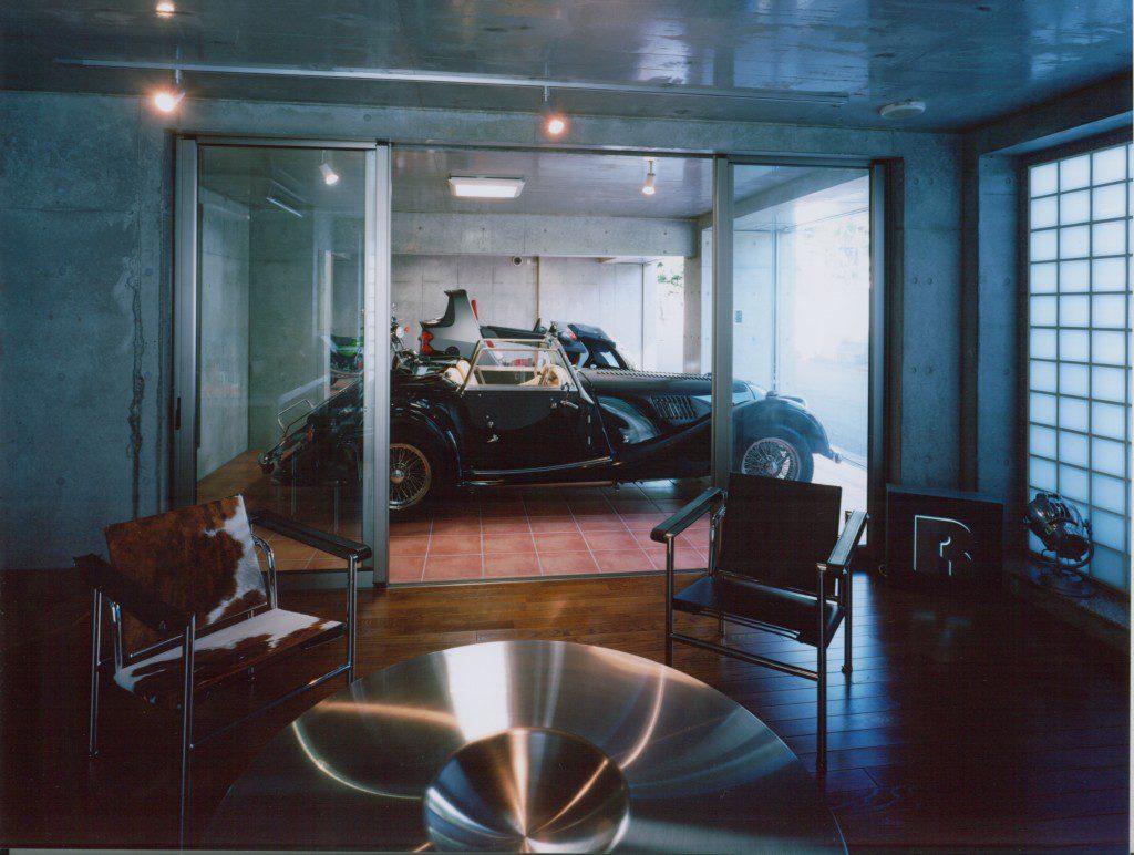 既存擁壁をインナーガレージに改変して、その横に書斎を配して愛車を眺めたり、触ったり、語ったりという趣味空間を提供。この空間でコーヒーを味わう楽しみはなんと幸せな時間なのだろうか・・・