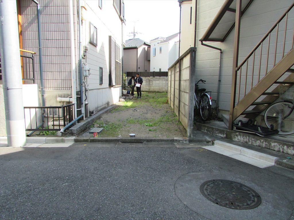 敷地の入口は約2.5mほどの旗状地(延長敷地)です。奥には正方形に近い台形の土地がありますが入口が狭い土地でも地下室は可能です