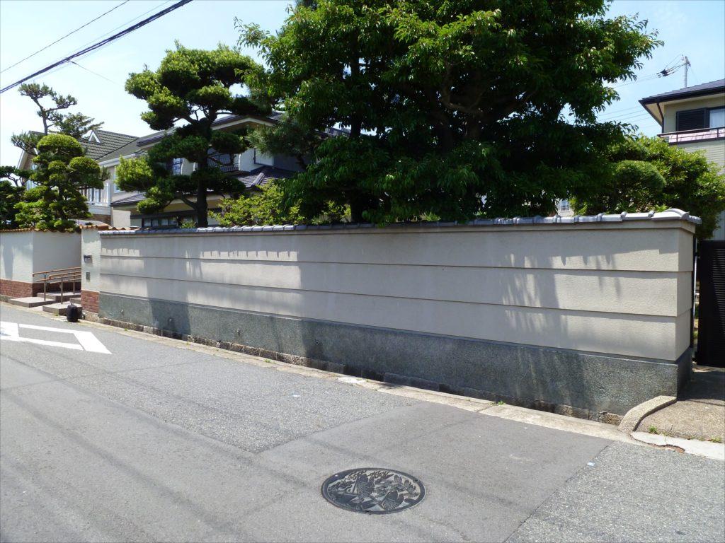 既存の敷地は道路から約30cmほど上がっていることを利用して遮水を行い、スロープで地下駐車場に車4台を格納するプロジェクトです