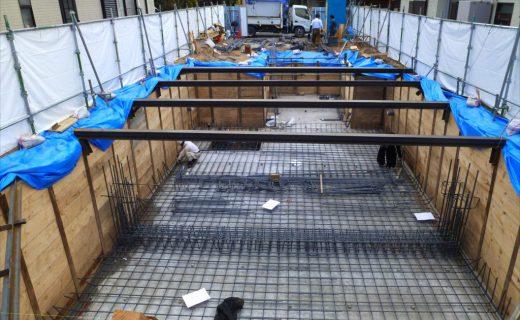 砂混じりシルト質の土地での地下室工事は山留を慎重に行う必要があります。また山留杭が傾斜しないように杭頭に倒れ止めを施工しています。道路位置からこの地下室にスロープで車や自転車を降ろしてくる大型の自家用駐車場を作っています