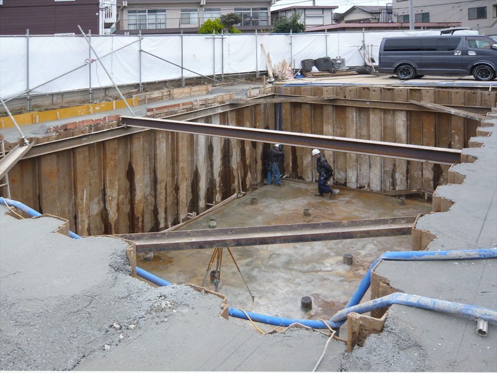 地盤面から約4m掘削して基礎底を整えましたがシートパイルの隙間や基礎底から水が噴出してきますので絶えず排水していないと作業ができません
