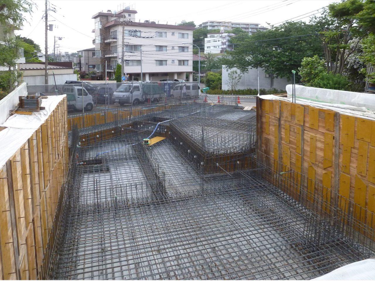 段状地に巨大地下室をつくるには道路側から掘り進むので敷地いっぱいに地下室をつくることができます
